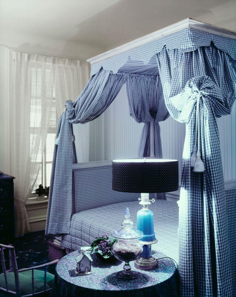 chambre-bleue-avec-lit-baldaquin