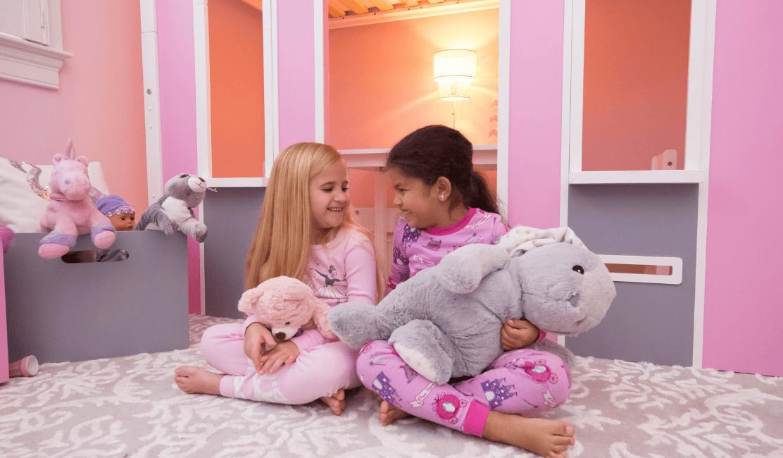 deux-fillettes-chambre-rose