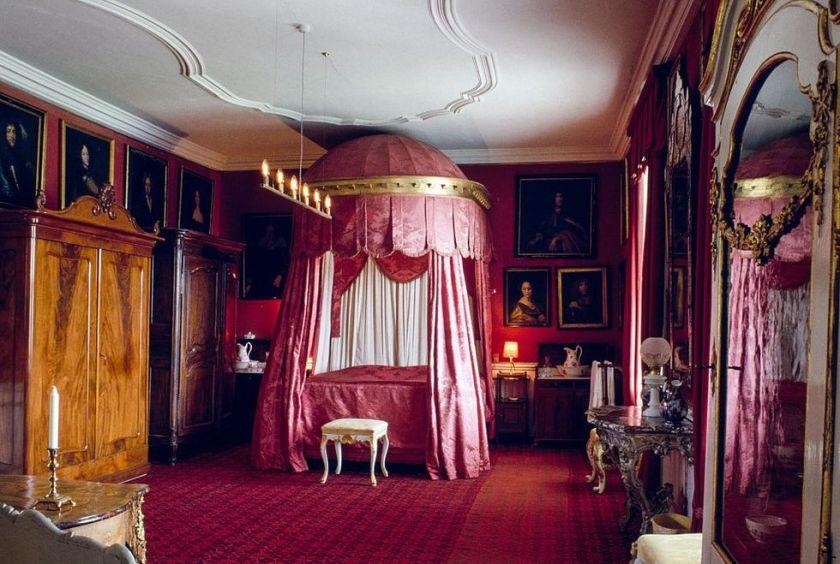lit-baldaquin-rouge-gavno-chateau